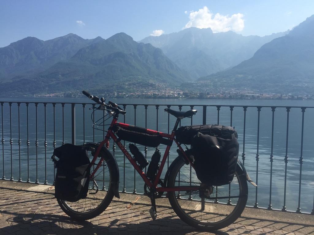reisfiets langs een Italiaanse meer