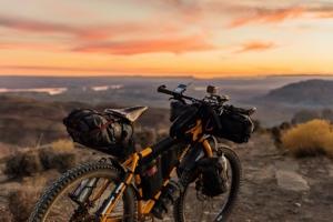 bikepacking fiets in woestijn