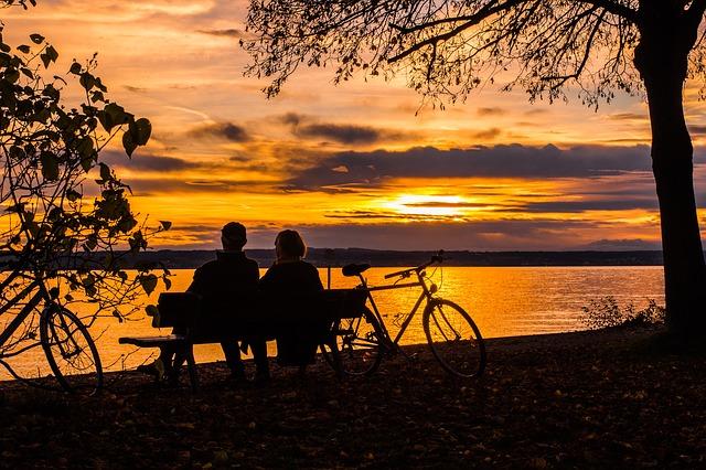 fietsers bij zonsondergang aan het meer