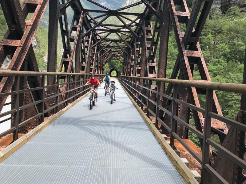 fietsers over oude spoorbrug