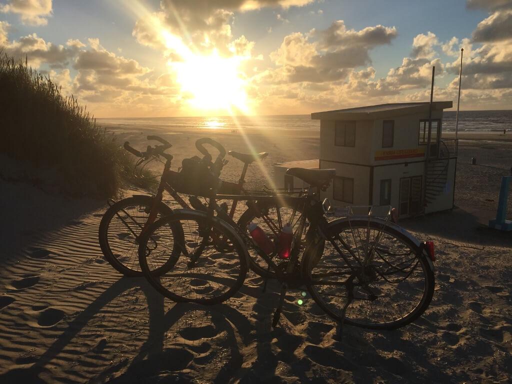 fietsen bij zonsondergang
