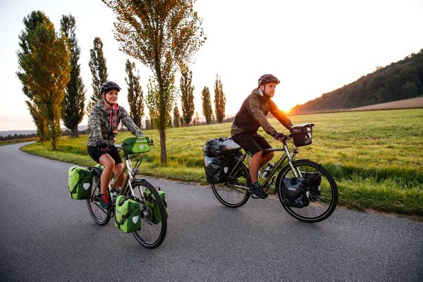 2 bepakte fietsen met ortlieb tassen