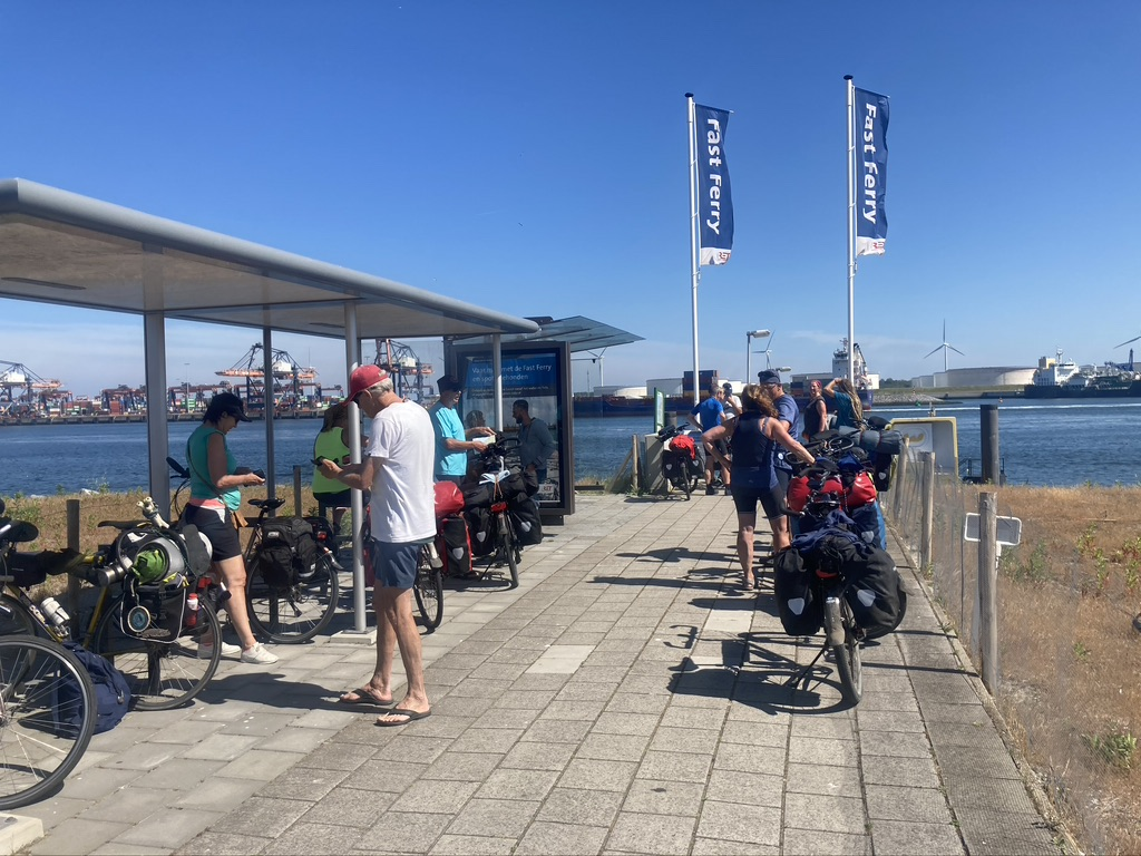 wachten op ferry maasvlakte met de fiets