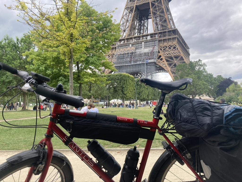 Op de fiets naar Parijs bij de Eiffeltoren