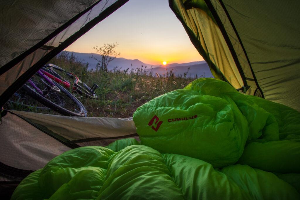 cumulus X-lite slaapzak in een tent met ene fiets